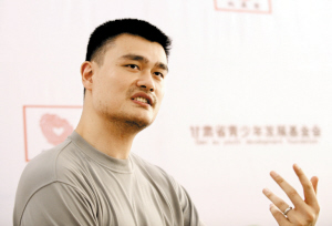 对于现在还在养伤的姚明来说,由于他的合同马上到期,不管停摆与否,以他的实力和能力,倒还不用发愁前程。