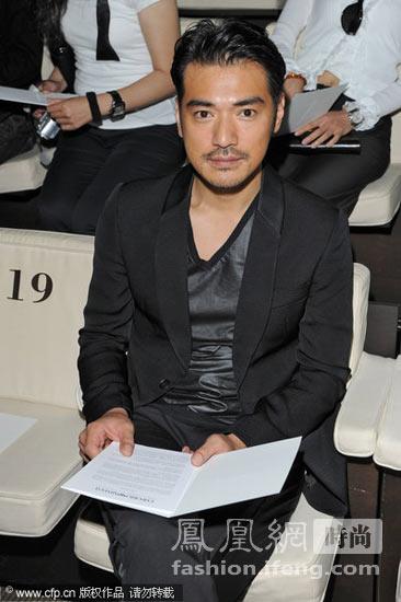 黑色西装+珠光灰V领衫