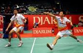 图文:[羽毛球]印尼超级赛 沈烨在比赛中回球