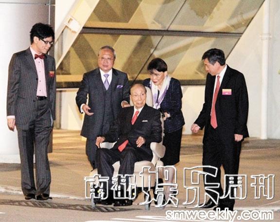 台庆当晚,陈志云护送六叔出场。