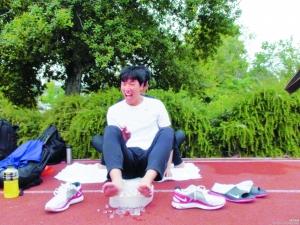 刘翔在微博中贴出训练后敷冰块放松的照片。