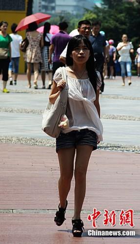 街拍超短牛仔裤少女 商场牛仔裤女人视频 夏日牛仔短裤街拍 街拍超短图片