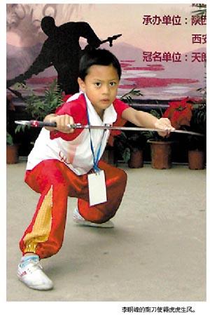 李明峰(中)与武术大师吴彬(右)合影。