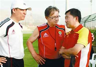 当地时间6月21日,中国国奥队客场训练备战23日对阵阿曼的比赛。训练间歇,主教练布拉泽维奇与足球运动管理中心副主任于洪臣(右)交谈。