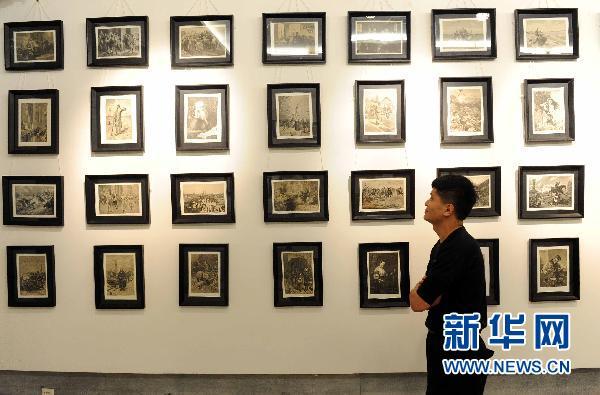 6月23日,一位市民在参观俄罗斯铜版画