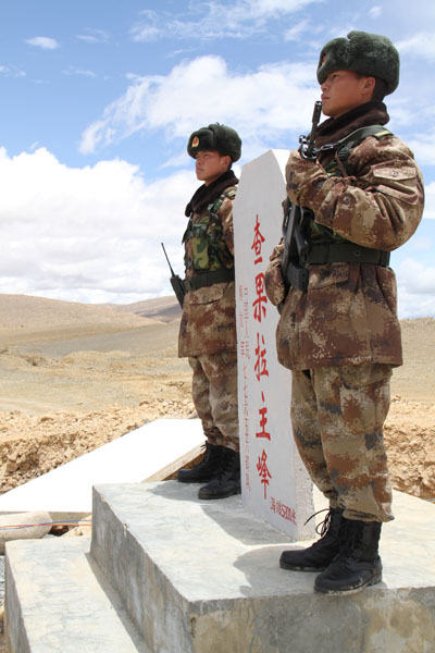 图为边防战士在查果拉哨所站岗