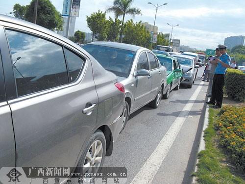 起车祸 11辆汽车碰撞追尾高清图片