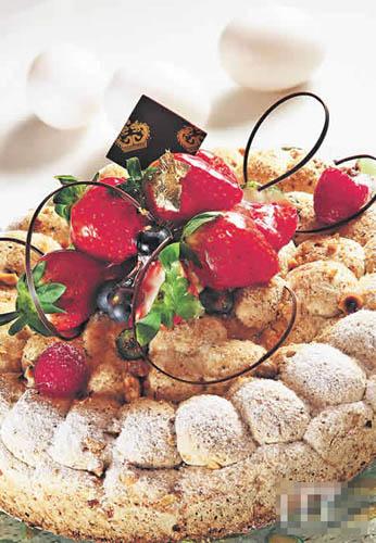榛子杂莓蛋白脆糖蛋糕($260,帝苑饼店):榛子蛋白脆糖外层,裹着士多啤梨酱,外脆内软滑,还有蛋糕上甜美的各式杂莓。
