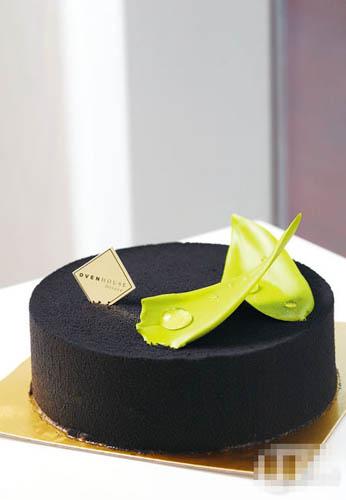 黑芝麻绿茶慕丝$180 6 吋:慕丝黑芝麻超浓郁,绿茶Pama Cotta 馅料滑溜,加上脆饼底吃,美味非常。