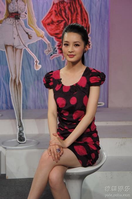 李沁作客时尚《购主台》独家央视搭配揭密播侯佩岑秘笈性感写真图片