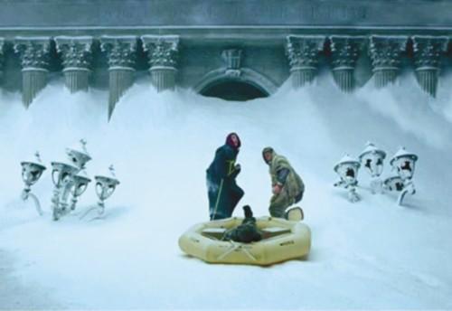地球在电影《后天》里变成了一片冰雪世界
