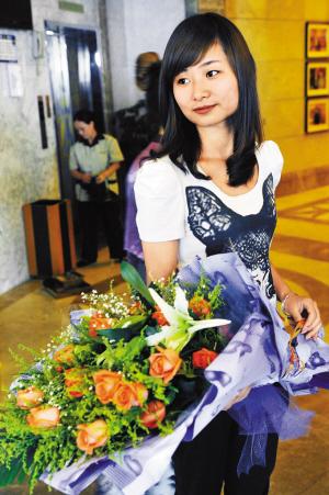 刘文秀回深,迎接她的是盛放的鲜花。深圳晚报记者 冯明 摄