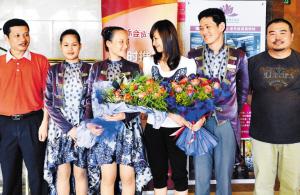 同事热情欢迎文秀。深圳晚报记者 冯明 摄