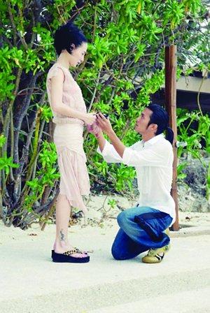 谢霆锋下跪求婚。