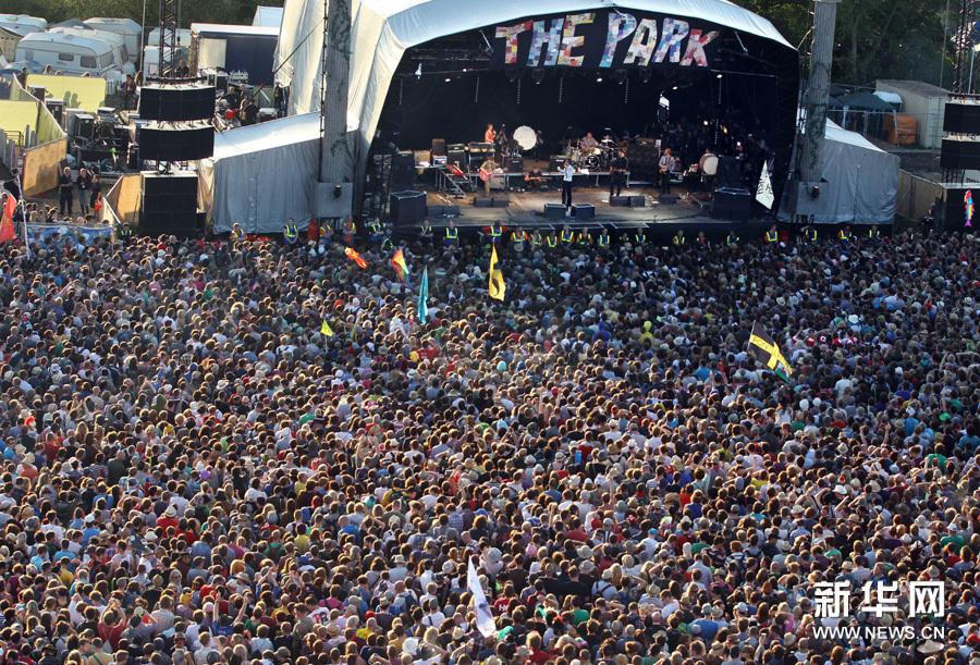 6月25日,打扮成小丑的乐迷们在英国萨默塞特参加格拉斯顿伯里音乐节上