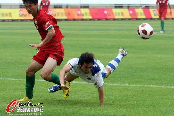 图文:深圳2-1青岛 向君舍身拼抢
