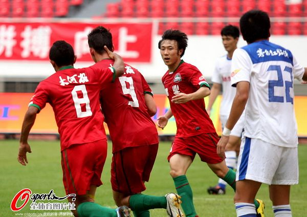 图文:深圳2-1青岛 内托头球追回一分