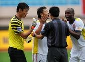 图文:[中超]青岛0-1长春 球员与裁判员争辩