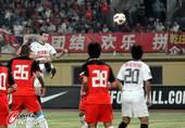 图文:[中超]南昌VS陕西 双方球员激烈拼抢