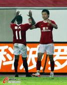 图文:[中超]广州2-1江苏 郜林穆里奇庆祝
