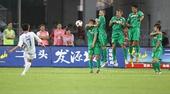 图文:[中超]北京1-1天津 国安人墙防守任意球