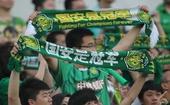 图文:[中超]北京1-1天津 球迷看台为国安助威
