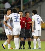 图文:[中超]北京1-1天津 球迷绿光照射主裁判
