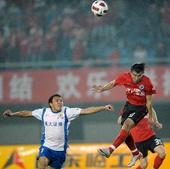 图文:[中超]辽宁0-1山东 于汉超争顶头球