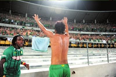 球衣挂在栏杆上,罗贝托向工体球迷鞠躬致谢。本报记者潘之望摄