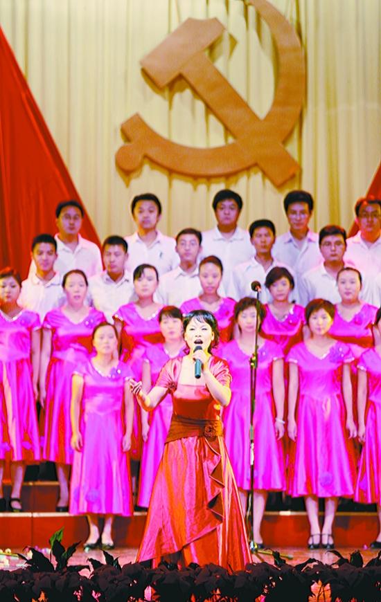 图① 发行支部大合唱《我的中国心》.本报记者 李英俊 摄