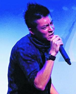 陈冠希在宁波挥汗演唱。