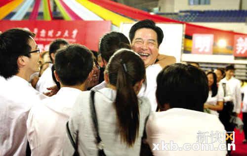 华工校长李元元在毕业典礼上的致辞受学生热捧,图为他被学生热情拥抱。