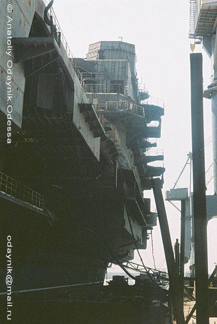 在黑海造船厂处于停工状态的瓦良格号。