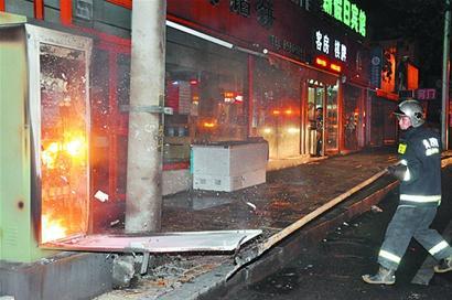 早报讯 镇江路40号附近路边的路灯变压器突然冒起浓烟,通红的火焰图片
