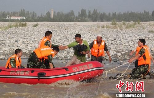 和田地区的人口-图为和田消防人员正用冲锋舟营救被困的当地居民.-玉龙喀什河洪水