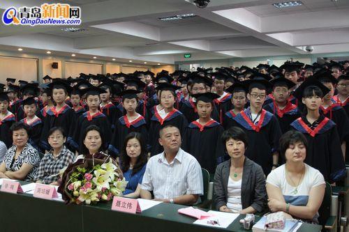 江苏路博士毕业生典礼身披小学服手拿证书(图)明德长春市小学图片