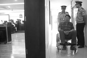 庭审现场,在合议庭合议判决时,孙某在法庭外等待。 记者 潘炳 摄
