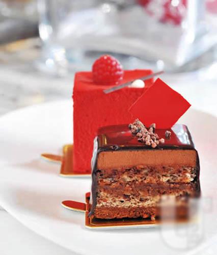 双层朱古力慕丝蛋糕(前)以多层朱古力、杏仁粒、慕丝组成;红莓慕丝蛋糕(后)细滑香甜,入口即溶。(各$32)