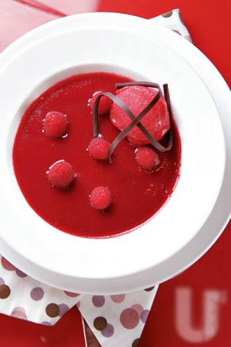 Rasberry Matcha Creme Brulee:桑莓雪芭下是桑莓青柠啫喱及绿茶啫喱,更为轻怡。($58)