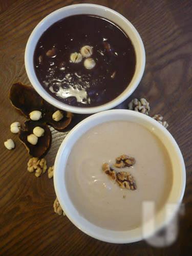 小甜谷以中式糖水为主打,包括以15年陈皮熬制的红豆沙($16,上)及生磨合桃糊($18,下),质感幼滑。