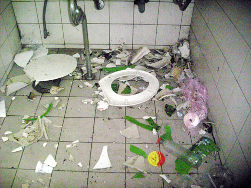 """嘉义市一群青年男女日前在嘉义市民生公园公厕内,施放俗称""""电光炮""""的大龙炮取乐,导致公厕马桶、洗脸盆碎裂一地,警方29日查获嫌疑人,依法移送侦办。 """"中央社"""""""