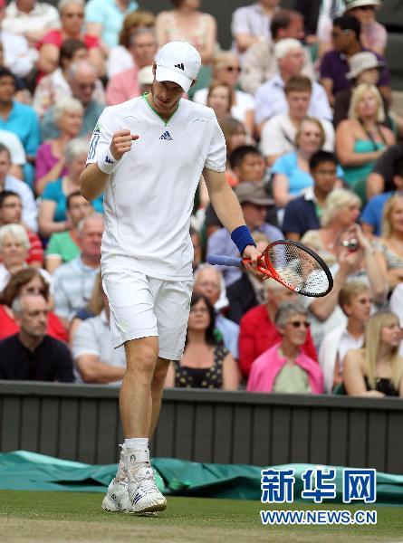 6月29日,默里在比赛中庆祝得分。当日,英国选手默里在2011年温布尔登网球赛男单四分之一决赛中,以3比0击败西班牙选手洛佩兹,晋级四强。新华社发(唐诗摄)