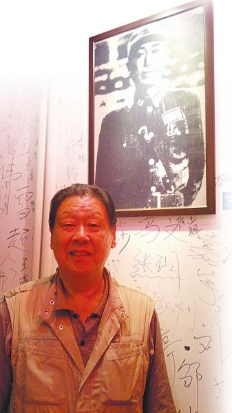 戴澄东身后挂着的就是其父亲戴安澜将军的照片。冯海青 摄