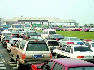 京港澳高速公路_众多车辆在京港澳高速公路(原京石高速公路)杜家坎收费站前排队等候