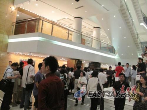 排队买签名专辑的观众挤满上海大剧院大厅