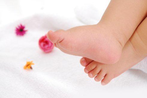 天热了,宝宝光脚走路更有益!