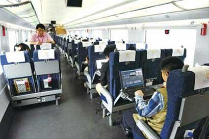 如今新的京沪高铁列车座位宽敞,车厢整洁 晚报记者 龚星 现场图片图片