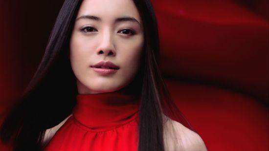 日本苍井优成人电视直播�_苍井优等女星红衣拍广告 演绎不同年龄魅力(图)