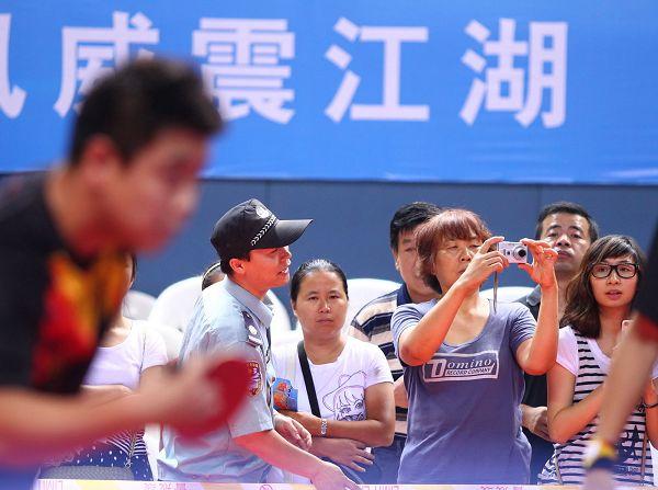 图文:[乒超]联赛第七轮 粉丝拍照