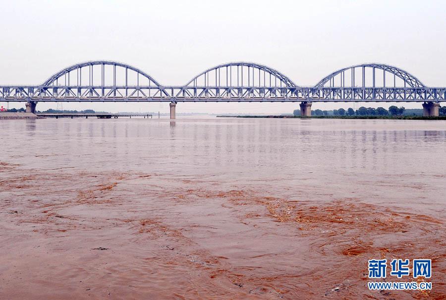 朱峥/6月30日,京沪高铁首发G1次列车通过京沪高铁济南黄河大桥跨越...